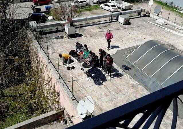 Sosyal mesafe kurallarını hiçe sayarak göç idaresinin çatısında namaz kıldılar