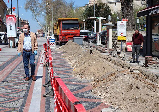 Edirnelilerin akın ettiği caddeye girişleri engellemek için alt yapı çalışması başlatıldı
