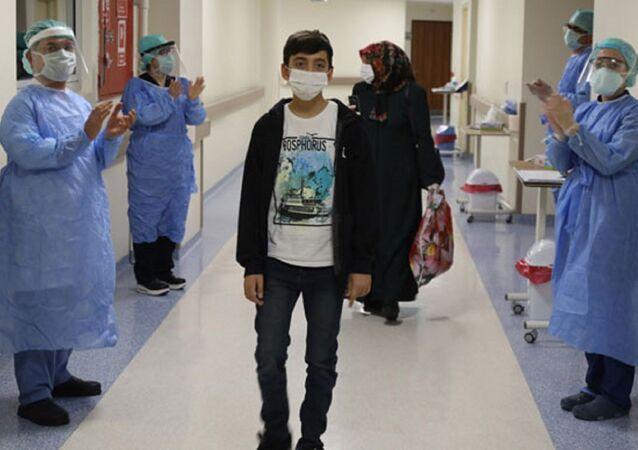 Tokat'ta, yakalandığı koronavirüs nedeniyle 15 gün tedavi altında tutulan 14 yaşındaki Fatih Emir Balcı taburcu edildi.