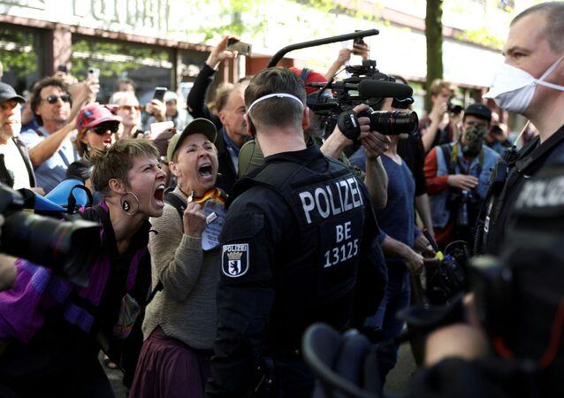 Almanya'nın başkenti Berlin'de yeni tip koronavirüs (Kovid-19) önlemlerini protesto etmek isteyen gruba polis müdahale etti.