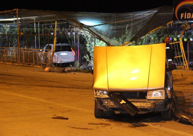 Karaman'da sokağa çıkma kısıtlamasına uymayan ehliyetsiz sürücünün kullandığı otomobille çarpışan cip, kontrolü kaybederek yol kenarındaki fidan satışı yapılan iş yerine daldı. Kazada kimse yaralanmazken, araçlarda ve fidanlıkta büyük çapta maddi hasar oluştu.