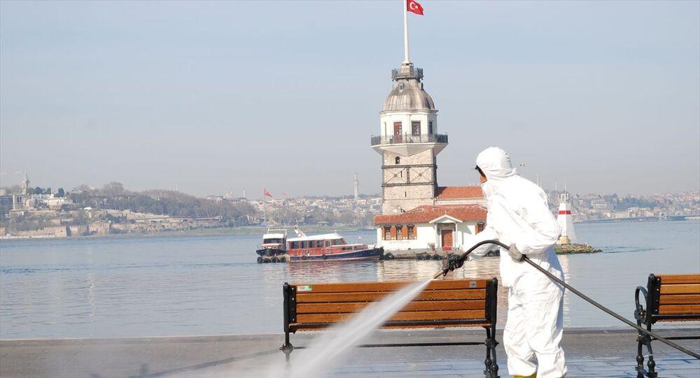 Yeni tip koronavirüsle (Kovid-19) mücadele kapsamında sokağa çıkma kısıtlaması getirilmesinin ikinci gününde İstanbul'da hafta sonu cadde, sokak, park ve sahiller boş kaldı. İBB ekipleri, Salacak sahili'nde dezenfekte çalışması yaptı.