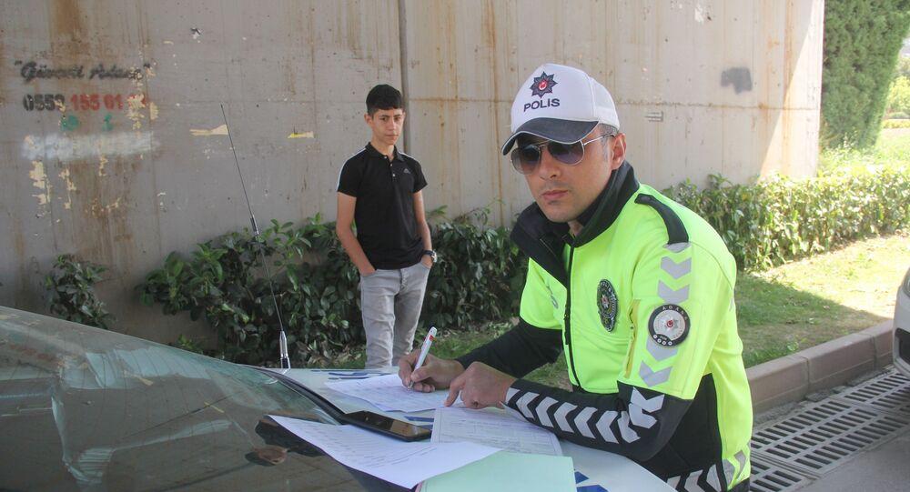 Adana'da sokağa çıkan bir kişiye polis 789 lira idari para cezası kesti. Gencin sokağa ceza yemek için çıktım demesi dikkat çekti.