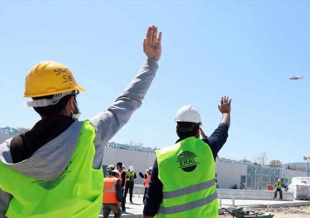 Türkiye Cumhurbaşkanı Recep Tayyip Erdoğan, Sancaktepe ve Atatürk Havalimanı'nda yapımı devam eden hastaneler ile Başakşehir İkitelli Şehir Hastanesi'ni havadan inceledi. Sancaktepe'deki şantiyede çalışanlar Cumhurbaşkanı Erdoğan'ı selamladı.