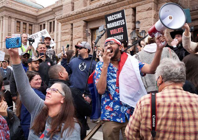 Eyalet Kongresi binaları önünde sosyal mesafe kurallarına uymadan, maske takmadan karantinayı protesto edenler, ABD, Teksas, Austin