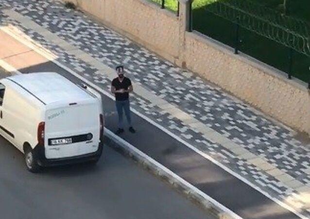 Bursa'da koronavirüsle mücadele kapsamında evlerinden çıkmayan vatandaşlara arabayla ekmek dağıtan bir genç, boş sokaklarda söylediği şarkılarla fenomen olma yolunda ilerliyor
