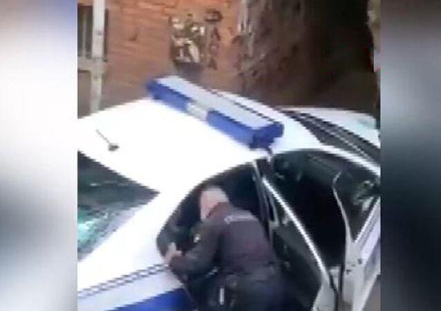 Sırp polisinden karantinaya uymayan kişiye tokat