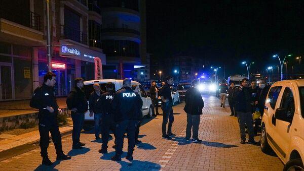 Balıkesir'in Edremit ilçesinde, jandarma ekiplerinin dur ihtarına uymayan 2 şüphelinin açtığı ateş sonucu 2 asker yaralandı. - Sputnik Türkiye