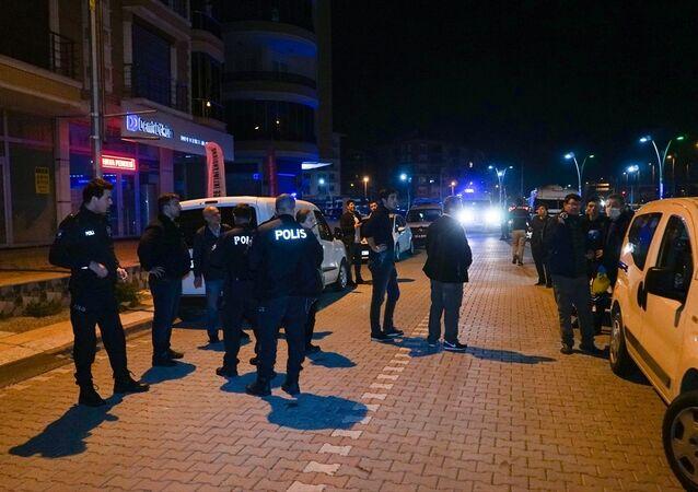 Balıkesir'in Edremit ilçesinde, jandarma ekiplerinin dur ihtarına uymayan 2 şüphelinin açtığı ateş sonucu 2 asker yaralandı. Daha sonra olay yerinden kaçan şüpheliler, polis ekiplerinin de dur ihtarına uymayarak tabancayla ateş etti. Karşılık veren polis ekipleri, Garaj kavşağı mevkisinde şüphelileri tabancayla yaralayarak yakaladı. Yaralanan askerler sağlık ekiplerince Edremit Devlet Hastanesi'ne kaldırıldı.