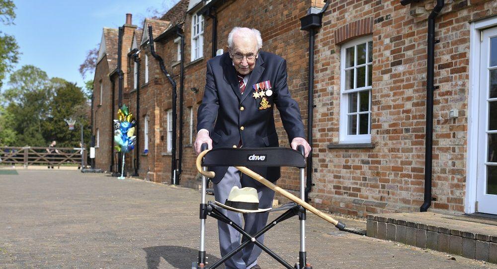 99 yaşındaki savaş gazisi şarkısıyla doktorlar için milyonlarca sterlin bağış topladı