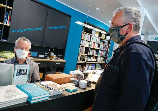 Almanya'da kapalı alanı 800 metrekareden küçük işletmelerle büyüklük sınırlaması getirilmeden otomobil bayileri, bisiklet dükkanları ve kitapçılar açıldı.