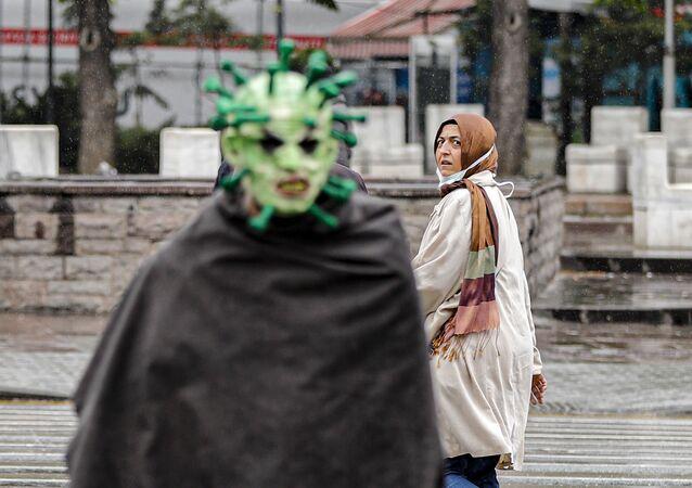Maske ile virüs kılığına giren tiyatrocu