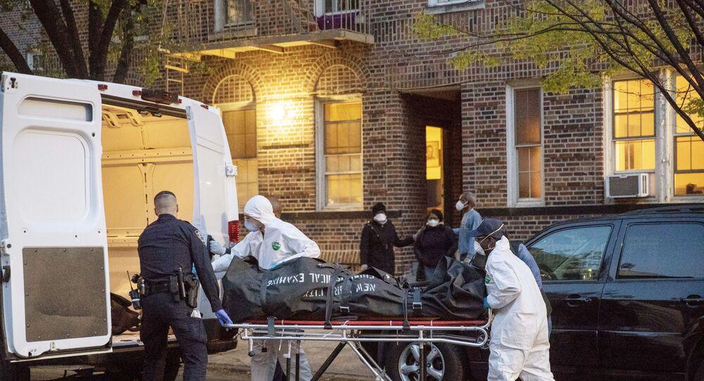 Polis ve sağlık çalışanları koronavirüsten ölen bir hastayı evden alırken, Brooklyn, New York, ABD