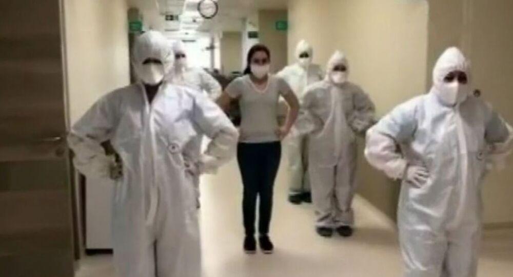 Koronavirüs tedavisi tamamlanan hemşireyi penguen dansıyla taburcu ettiler