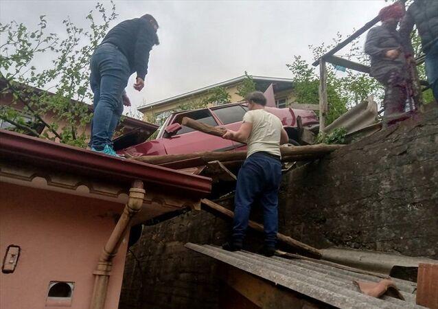 Zonguldak'ta otomobil evin üzerine düştü