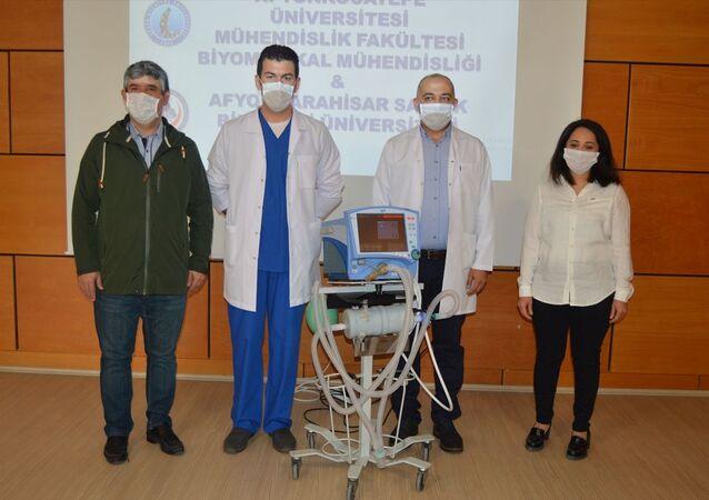 Afyonkarahisar'da 4 bilim insanının yeni tip koronavirüs (Kovid-19) salgınında hastanelerin yoğun bakımlarında kullanılan ventilatörler için kısa sürede tasarladığı UV-C sterilizatör, sağlık çalışanların daha güvenli bir ortamda çalışmasını sağlayacak.