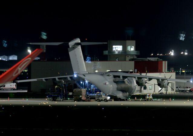 Yeni tip koronavirüsle (Kovid-19) mücadele kapsamında tıbbi sağlık ekipmanları almak üzere İstanbul'a gelen İngiliz Kraliyet Hava Kuvvetlerine (RAF) ait Airbus A400M tipi askeri kargo uçağı, Türkiye'den ayrıldı.