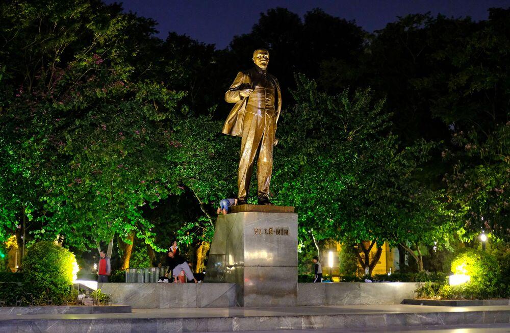 Vietnam'ın başkenti Hanoi'deki Lenin heykeli