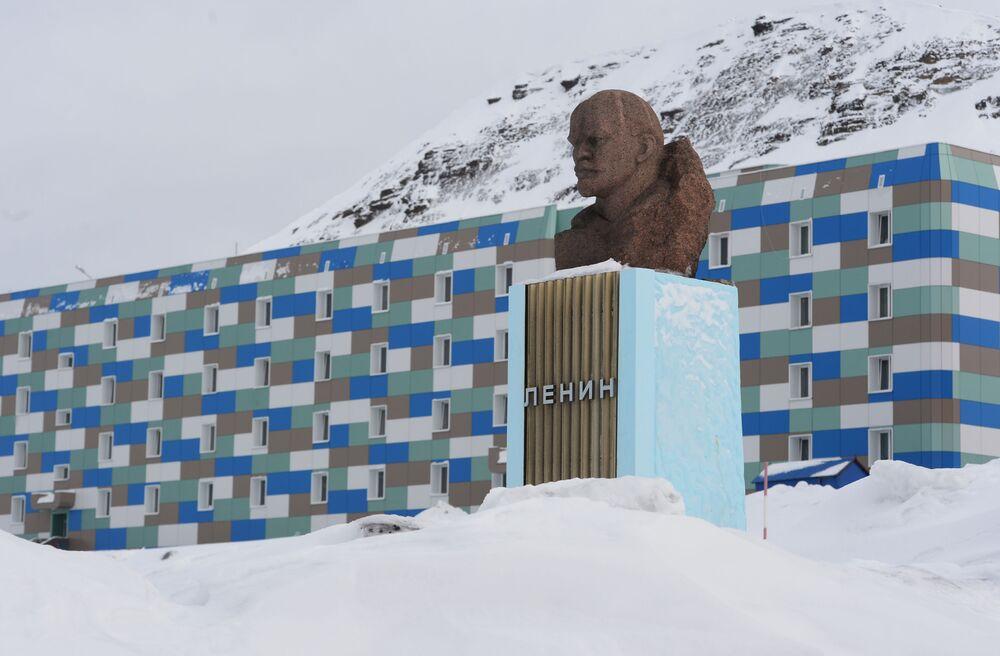 Norveç'e bağlı olan Spitsbergen Takımadası'ndaki Barentsburg kentinde  yer alan Lenin anıtı