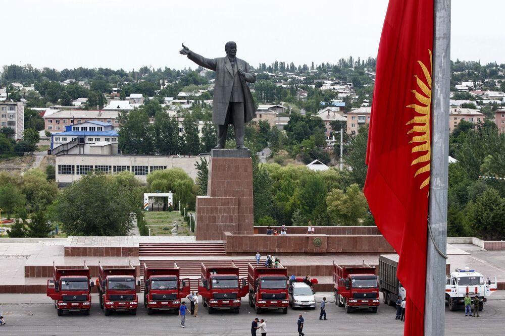 Kırgızistan'ın Oş kentinin merkezi meydanında yer alan Lenin anıtı.