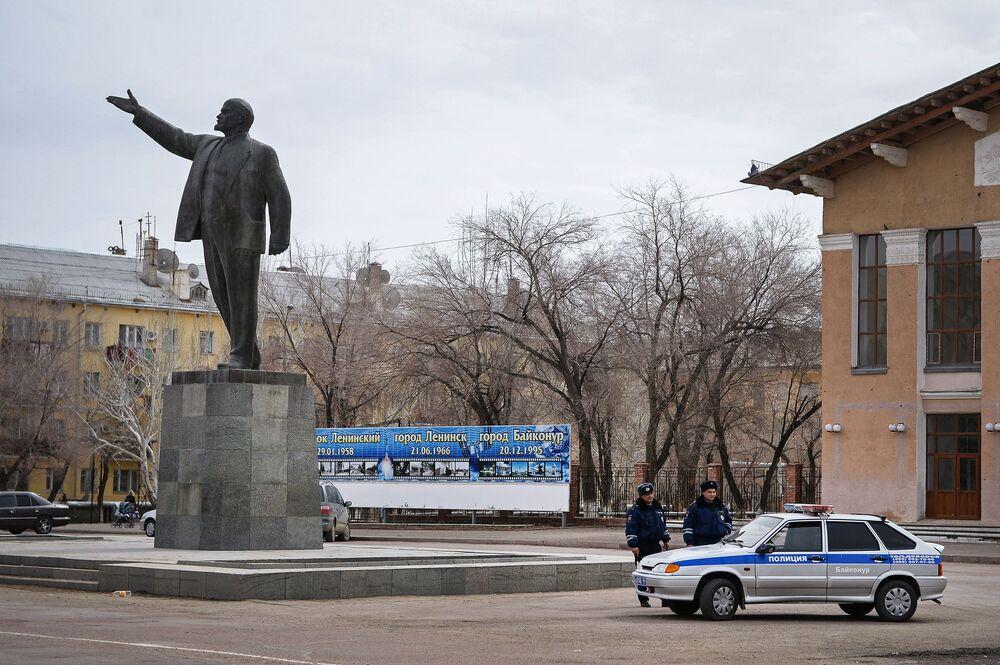Kazakistan'ın Baykonur kentindeki Lenin heykeli