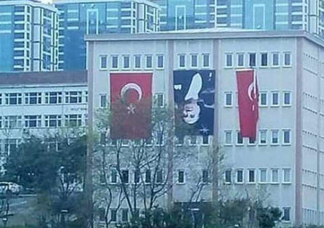 Trabzon Üniversitesi binasına Atatürk posteri ters asıldı