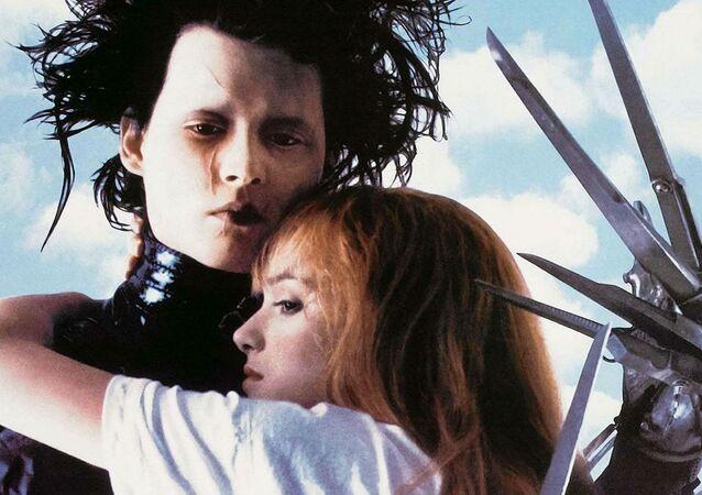 Tim Burton'ın yönettiği, Johnny Depp ve Winona Ryder'ın başrollerde oynadığı 1990 tarihli Makas Eller (Edward Scissorhands) filminin afişinden