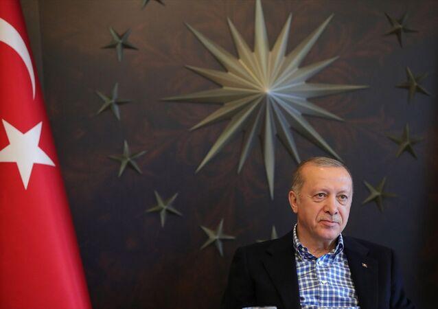 Türkiye Cumhurbaşkanı Recep Tayyip Erdoğan, A Milli Futbol Takımı oyuncularıyla video konferans yöntemiyle görüşme gerçekleştirdi. Programda Toplantıda İletişim Başkanı Fahrettin Altun (sağ 2) ile Cumhurbaşkanlığı Sözcüsü İbrahim Kalın (solda) da yer aldı.