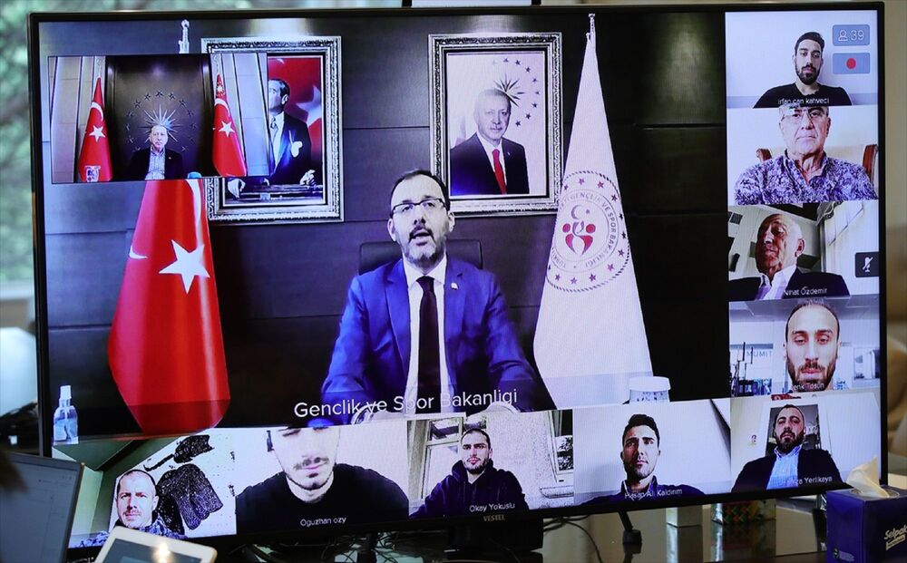 Cumhurbaşkanı Erdoğan, Tarabya'daki Huber Köşkü'nde saat 13.00'de milli futbolcularla video konferans yöntemiyle bir araya geldi.