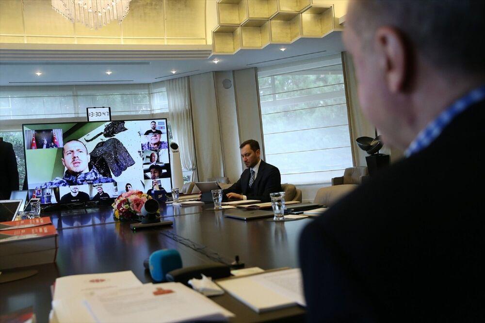 Türkiye Futbol Federasyonu Başkanı Nihat Özdemir, A Milli Futbol Takımı Teknik Direktörü Şenol Güneş ve futbolcular video konferansta hazır bulundu.