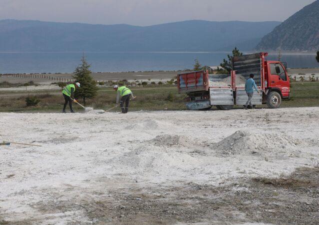 Salda Gölü'nün taşınan kumları eski yerine alınıyor