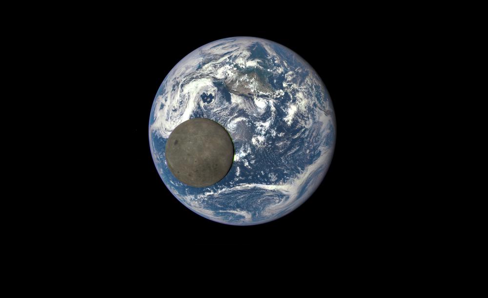 Deep Space Climate Observatory (DSCOVR) uzay aracı vasıtasıyla elde edilen Dünya ile Ay'ın (ön planda)  görüntüsü
