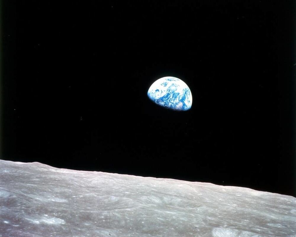 24 Aralık 1968 tarihinde Apollo 8 misyonu sırasında  Ay yörüngesinden çekilmiş ilk Dünya görüntüsü