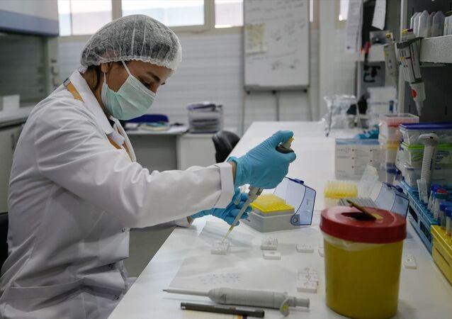 İzmir'de 25 yıldır faaliyet gösteren ve tanı kitleri geliştiren yerli bir firma, dünyayı etkisi altına alan Kovid-19'a karşı yeni nesil bir test geliştirmek için çalışmalara başladı. Daha hızlı ve hassas sonuç veren yeni tip koronavirüs (Kovid-19) tanı kiti geliştiren firma TÜBİTAK'tan destek aldı.