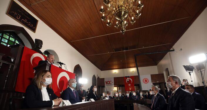 Türkiye Büyük Millet Meclisi (TBMM) Başkanı Mustafa Şentop ile beraberindeki heyet, 23 Nisan Ulusal Egemenlik ve Çocuk Bayramı dolayısıyla Birinci Türkiye Büyük Millet Meclisinde düzenlenen anma törenine katıldı.