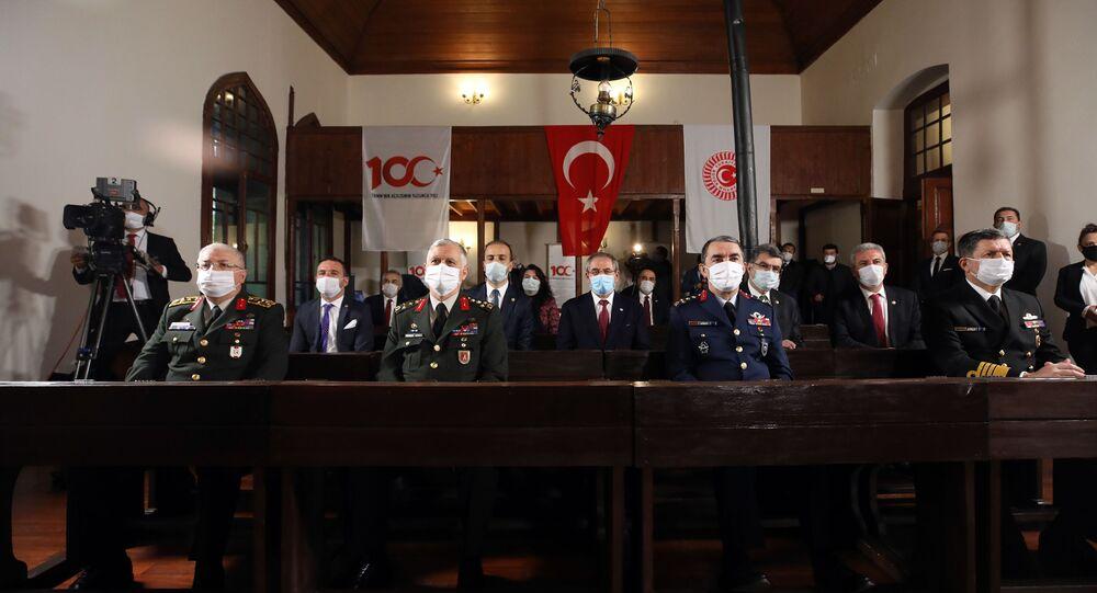 Genelkurmay Başkanı Yaşar Güler (solda) Kara Kuvvetleri Komutanı Orgeneral Ümit Dündar (sol 2), Deniz Kuvvetleri Komutanı Oramiral Adnan Özbal (sağda) ve Hava Kuvvetleri Komutanı Orgeneral Hasan Küçükakyüz (sağ 2)