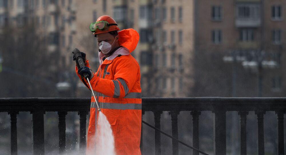 Dezenfeksiyon çalışmaları Moskova Kırım köprüsü üzerinde.