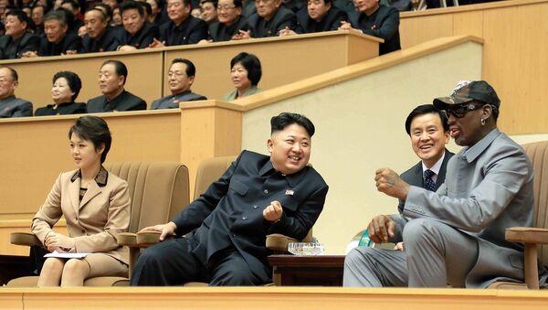 Kuzey Kore Lideri Kim Jong-un ve eski NBA yıldızı Dennis Rodman - Sputnik Türkiye