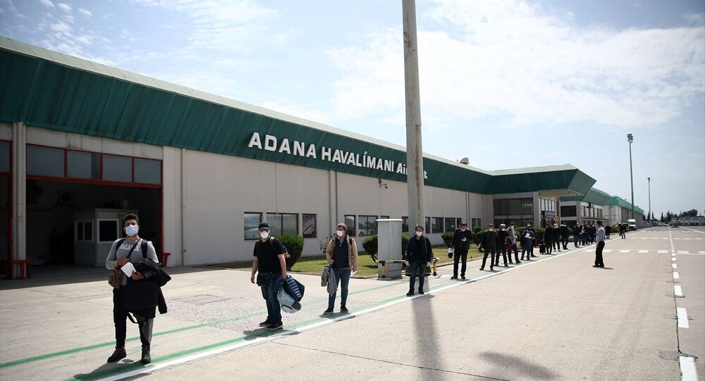 Türkiye'nin yeni tip koronavirüs (Kovid-19) önlemleri kapsamında Rusya'daki Türk vatandaşları Türk Hava Yolları (THY) uçağıyla Adana Havalimanı'na iniş yaparak ülkeye döndü.