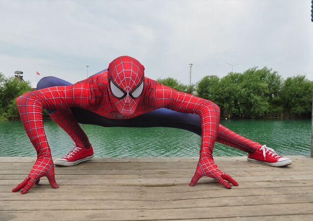 Antalyalı Örümcek Adam Burak Soylu çocukları eğlendirdi