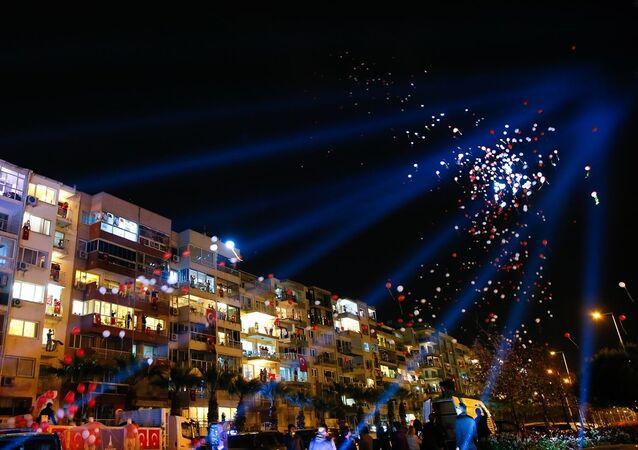 İzmir'de vatandaşlar, yeni tip koronavirüse (Kovid-19) karşı alınan tedbirler kapsamında, TBMM Başkanı Mustafa Şentop'un çağrısı üzerine 23 Nisan Ulusal Egemenlik ve Çocuk Bayramı ile TBMM'nin açılışının 100. yılını evlerinin balkonlarından ve pencerelerinden saat 21:00'da ay yıldızlı bayraklar eşliğinde İstiklal Marşını okuyarak kutladı. Kutlamalar çerçevesinde Kadifekale'den havai fişek gösterisi yapıldı.