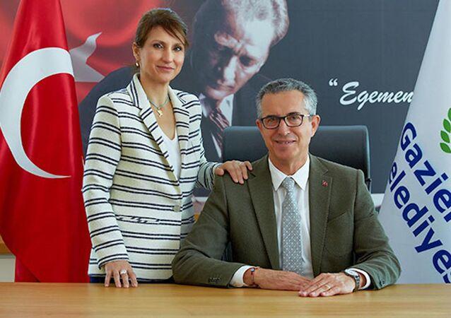 İzmir'in Gaziemir ilçesinin Belediye Başkanı Halil Arda ve eşi Deniz Arda