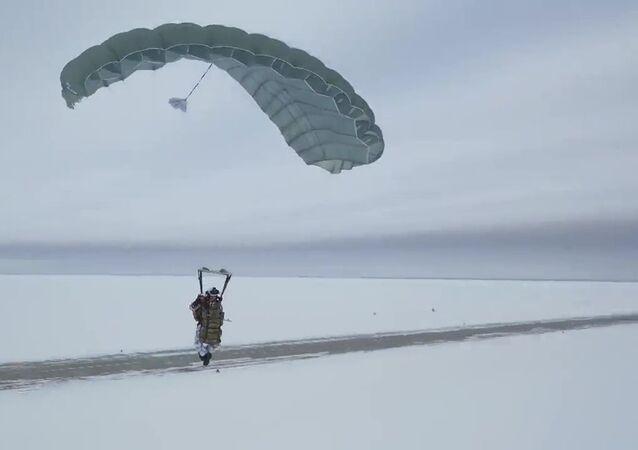 Rus paraşütçüler dünyada ilk kez Arktik bölgede 10 km yükseklikten atladı
