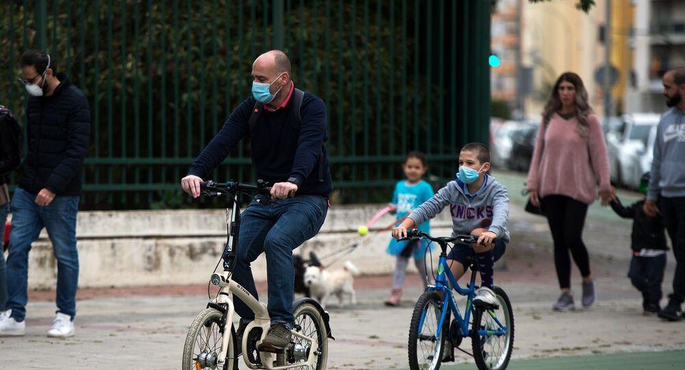 İspanya – kororonavirüs – çocuklar – sokağa çıkma yasağının ardından çoucklar - maske