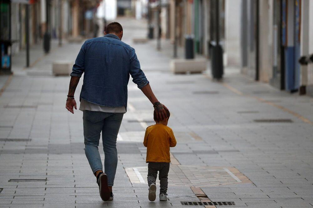 İspanya'da sokağa çıkma yasağının çocuklar içinin gevşetilmesinin ardından bugün İspanya sokakları çocuklar ve aileleri ile dolarken, çocuklar sokaklarda gönüllerince eğlendi.