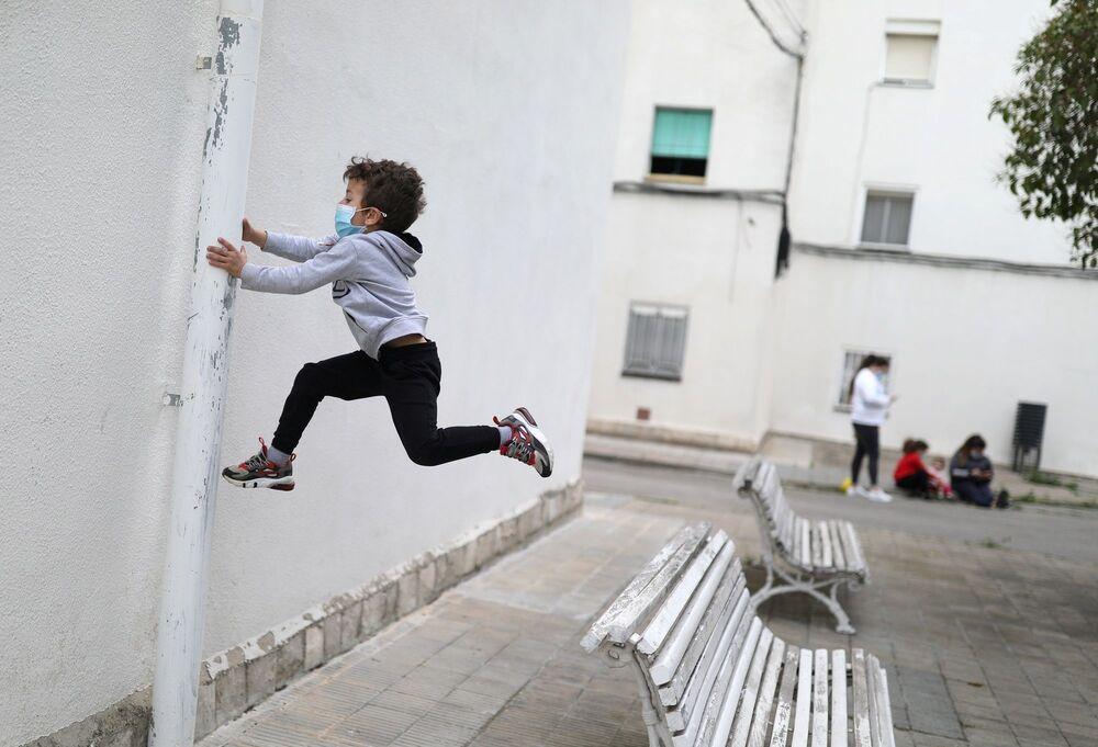 İspanya'da 40 günden bu yana uygulanan sokağa çıkma yasağı bugün çocuklar için gevşetilerek, çocukların sokaklarda oyun oynamasına izin verildi.