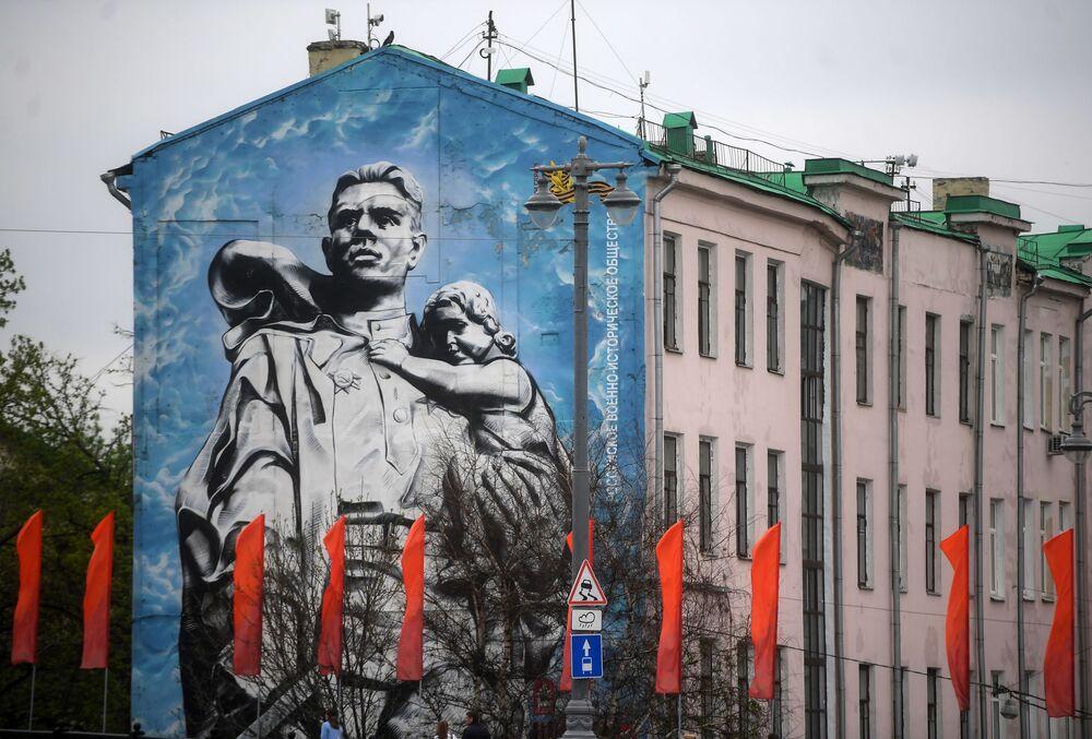 Moskova'nın merkezindeki bir binanın üzerinde çizilen 'Kurtarıcı Asker' isimli duvar resmi