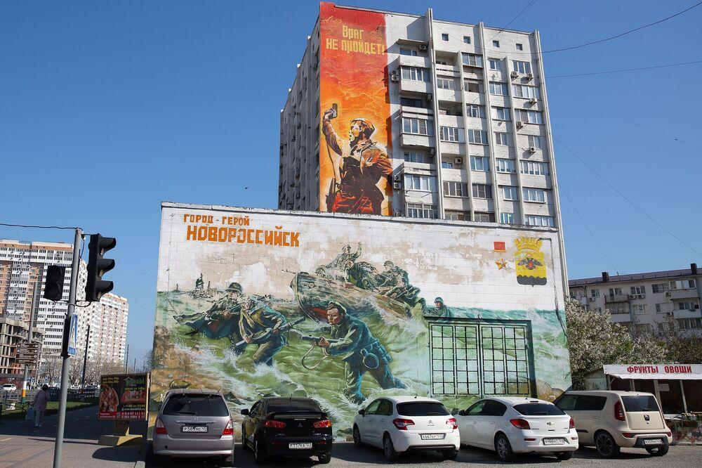 Novorossiysk kentinde Büyük Anavatan Savaşı'ndan kazanılan zaferin 75. yıldönümü için 'Zafer Duvarı' projesi kapsamında ressamlar tarafından  çizilen grafitiler.