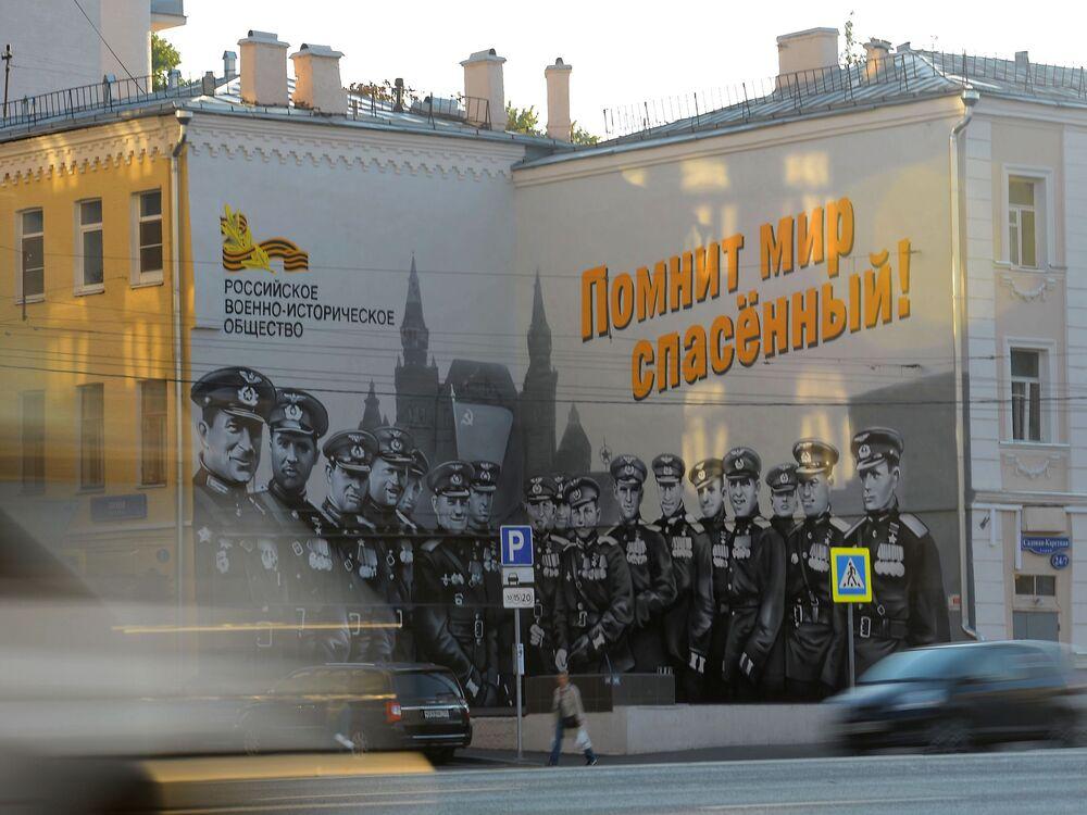 Başkent Moskova'da  savaşın kahramanları Sovyet pilotlarının portrelerinin yer aldığı bir duvar resmi.