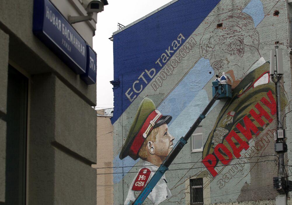Başkent Moskova'da bir binanın üzerinde çizilen 9 Mayıs Zafer Bayramı konulu duvar resmi.